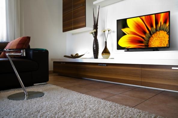 40L24XX_Lifestyle_livingroom_screen