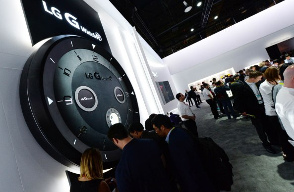 LG_CES2015_G-Watch-R-zone-2